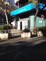 El PP comienza a reparar la entrada principal de su sede tras el ataque de este viernes