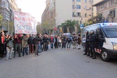 Foto: Unes 3.500 persones es manifesten a Barcelona contra la Llei de Seguretat Ciutadana (EUROPA PRESS)
