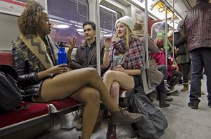 Foto: ¡Sin pantalones en el metro! ¿Aún no conoces el 'No Pants Subway Ride'? (CORDON PRESS)