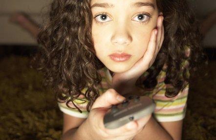 Foto: Los niños ven la tele más tiempo del recomendado (GETTY//FUSE)