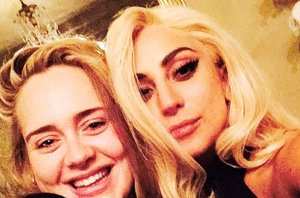 Foto: Lady Gaga y Adele, amigas y... ¿con dueto a la vista? (LADY GAGA POSA CON UNA SONRIENTE ADELE )