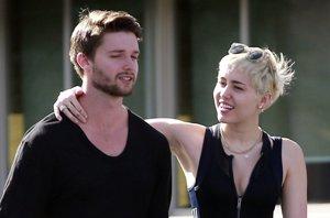 Foto: Miley Cyrus y Patrick Schwarzenegger pasean su amor (CORDON PRESS)