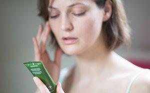 Foto: Dos de cada tres mujeres desechan productos cosméticos por no apreciar los resultados (CORDON PRESS)