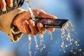 Motivos por los que los 'smartphones' resistentas al agua son un inventazo