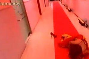 Foto: Sonia Monroy se cae de bruces en la alfombra roja de Deluxe (TELECINCO)