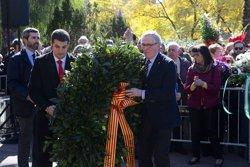 Foto: Trias assisteix a una ofrena floral al monument a Blas Infante el dia d'Andalusia (AYTO.BARCELONA)