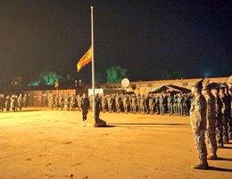 Foto: España arría la bandera en R.Centroafricana para dar por finalizada su misión (TWITTER DEL MINISTERIO DE DEFENSA)