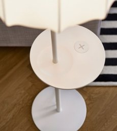 Foto: Ikea vendrà mobles i llums per carregar mòbils i 'tablets' sense necessitat d'endoll (IKEA)