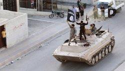 Foto: Estat Islàmic cala foc al jaciment de petroli pròxim a Tikrit (REUTERS)