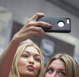 Foto: ¿Qué pueden decir de tu personalidad los selfies? (BRENDAN MCDERMID / REUTERS)