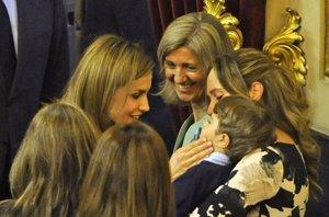 Foto: La Reina Letizia más maternal, derrocha cariño con un niño enfermo (RICARDO GARCIA)