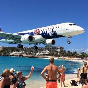 Avión aterrizando en el aeropuerto internacional de la Princesa Juliana
