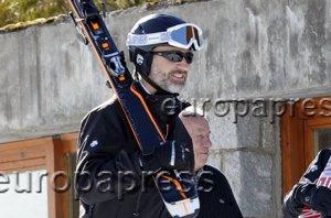 Foto: El Rey Felipe se divierte con el esquí sin Letizia y sus hijas (JOSÉ RUIZ)