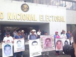 Foto: Marxa per la desaparició dels 43 'normalistes' a Mèxic sis mesos després (TWITTER/@RIOSANAMA )