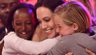 Angelina Jolie reaparece tras su operación de ovarios junto a sus hijas Siloh y