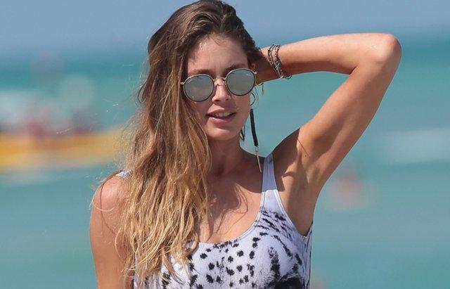 Foto: Doutzen Kroes, espectacular y sexy en bañador, disfruta de la playa con su marido (CORDON PRESS)