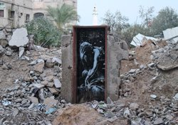 Foto: Un palestí ven un mural de Bansky a Gaza per 175 dòlars (BANSKY.CO.UK)
