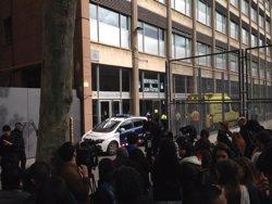 Foto: Sucesos.- Los Mossos preguntan a los alumnos sobre el agresor en el instituto (EUROPA PRESS)