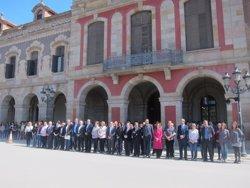 Foto: Successos.- Minut de silenci dels diputats del Parlament per la mort del professor (EUROPA PRESS)