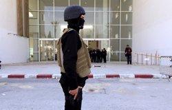 Foto: Moren deu presumptes terroristes i dos militars tunisians (ANIS MILI / REUTERS)