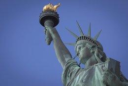 Foto: La Policía descarta la presencia de explosivos en la Estatua de la Libertad (CARLO ALLEGRI / REUTERS)