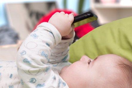 Foto: Uno de cada tres bebés de 6 meses ya juega con el móvil, antes de hablar o andar (GETTY/SFREESTEE)