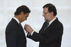 Foto: Rajoy lliura a Rafa Nadal la Medalla d'Or al Mèrit en el Treball (MONCLOA)