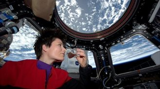 Samantha Cristoforetti degusta el primer café espresso en gravedad cero