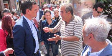 Foto: Pedro Sánchez escucha quejas en vivienda y empleo durante un paseo por La Laguna (Tenerife) (EUROPA PRESS)