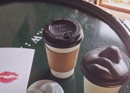 Foto: Una tapa de vaso en forma de cara para besar tu café de las mañanas (BOREDPANDA)