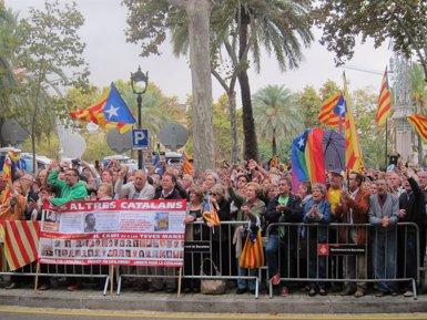 El Govern, partits independentistes i centenars de persones acompanyen Rigau davant del TSJC (EUROPA PRESS)
