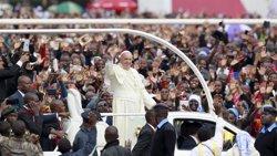 El papa demana eradicar a Àfrica les pràctiques que degraden les dones (THOMAS MUKOYA / REUTERS)