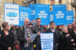 Colau es compromet a combatre el VIH des de Barcelona al costat d'activistes (EUROPA PRESS)