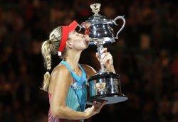Kerber sorprèn Serena Williams i aconsegueix el seu primer Grand Slam (ISSEI KATO / REUTERS)