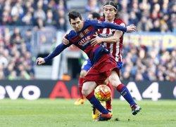 Filipe Luis, sancionat amb tres partits per l'entrada sobre Messi (ÁNGEL GUTIÉRREZ)