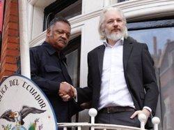 Assange surt al balcó de l'Ambaixada per reclamar que s'acati la decisió de l'ONU (FACEBOOK WIKILEAKS)