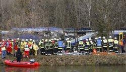 Augmenta a vuit morts el balanç pel xoc frontal de dos trens a Baviera (MICHAEL DALDER / REUTERS)