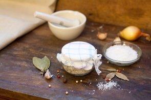 5 consejos para reducir el consumo de sal (GETTY//ARTSVITLYNA)
