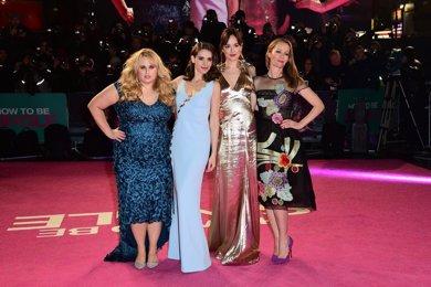 Dakota Johnson brilla en Londres junto a Rebel Wilson, Alison Brie y Leslie Mann