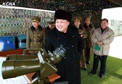 El règim difon imatges de Kim Jong Un supervisant el llançament del coet (KCNA)