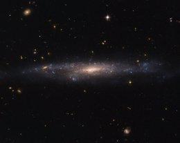 Hubble capta una galaxia más oscura que el cielo nocturno (NASA/ESA)