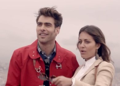 Jon Kortajarena e Hiba Abouk viajan por España en una campaña muy original...
