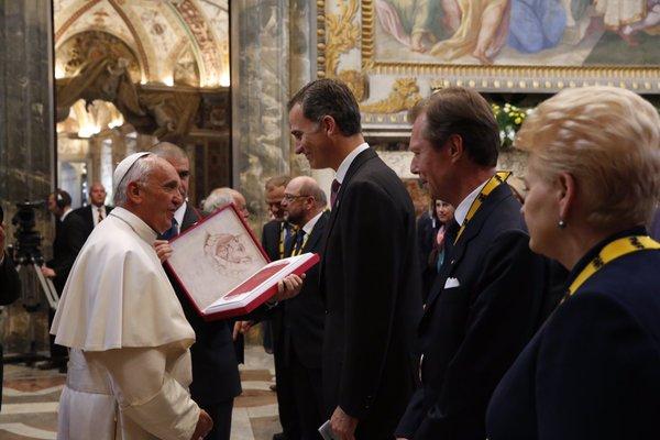 Europapress, 6 de mayo, Felipe VI saluda al Papa y le regala una edición facsímil de autógrafos de Cervantes