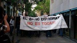 Enfrontaments entre Mossos i 'okupes' després de desallotjar la sucursal bancària de Gràcia (EUROPA PRESS)