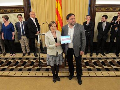 """Junqueras entrega a Forcadell uns Pressupostos """"amb sentit d'Estat"""" (EUROPA PRESS)"""