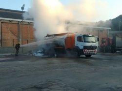 Extingit l'incendi d'un camió de mercaderies perilloses a Terrassa (@EMERGENCIESCAT)