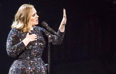Adele saca las uñas contra una fan: ¡No me vas a grabar más!