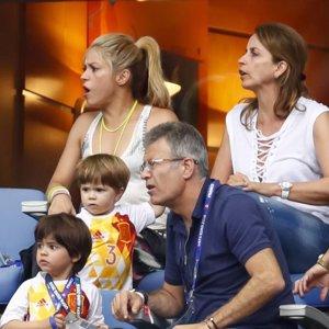 Shakira seca las lágrimas de Milan tras la eliminación de España