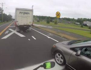 Motorista enfadado por incorporación mal hecha