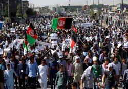 Almenys 20 morts a l'atemptat contra la manifestació de la minoria hazara a Kabul (OMAR SOBHANI / REUTERS)